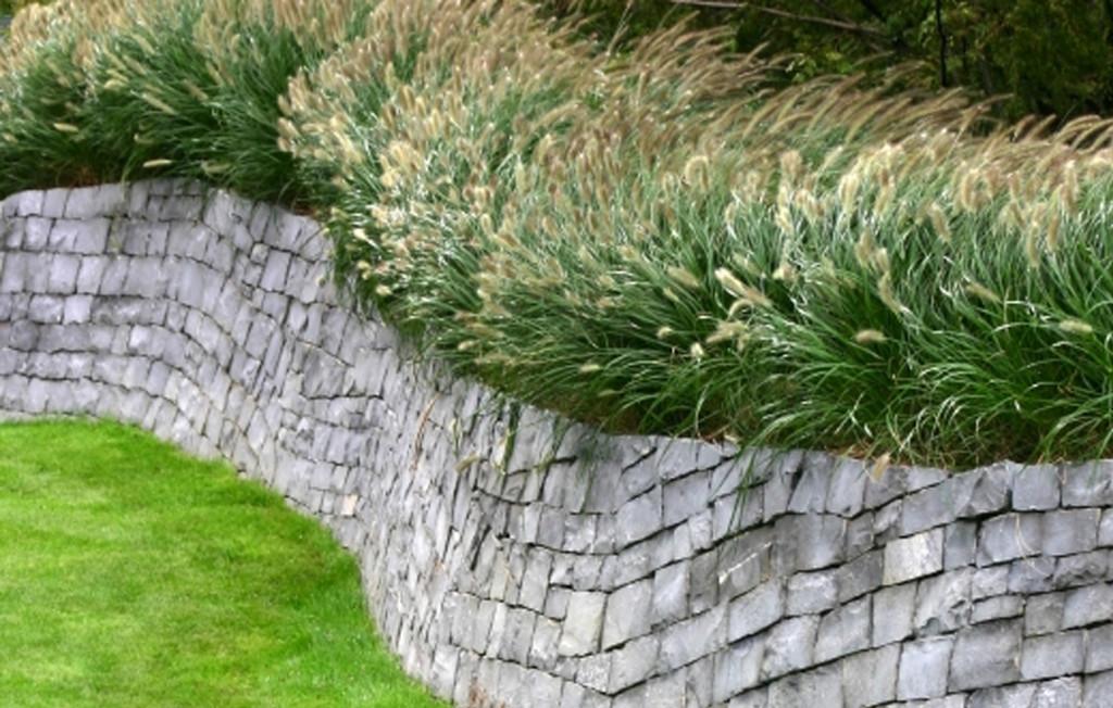 moderne Lösung einer Steinmauer zur Terrassierung eines hanggartens