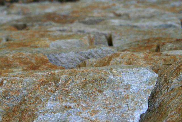 Detailbil einer Trockensteinmauer von Living Garden