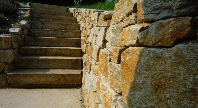 Stufenführung und Trockensteinmauer eines Hanggartens von Living Garden
