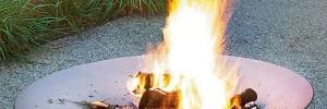 Feuerschale mit brennenden Holzscheitern